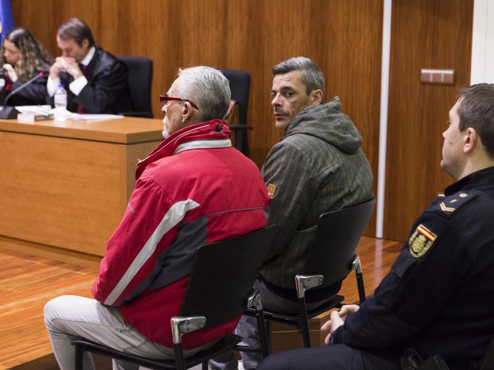 El autor material del acuchillamiento, mirando a la cámara, y su padre, con chaqueta roja, durante el juicio celebrado en Zaragoza.