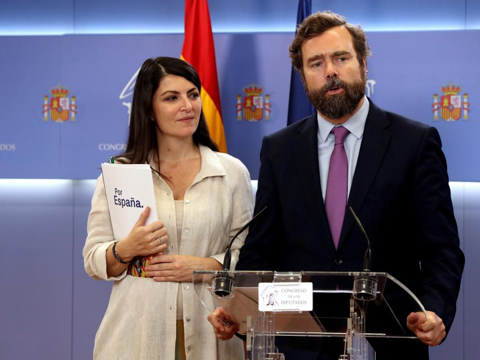 El portavoz parlamentario de Vox, Iván Espinosa de los Monteros, junto a la secretaria general, Macarena Olona.