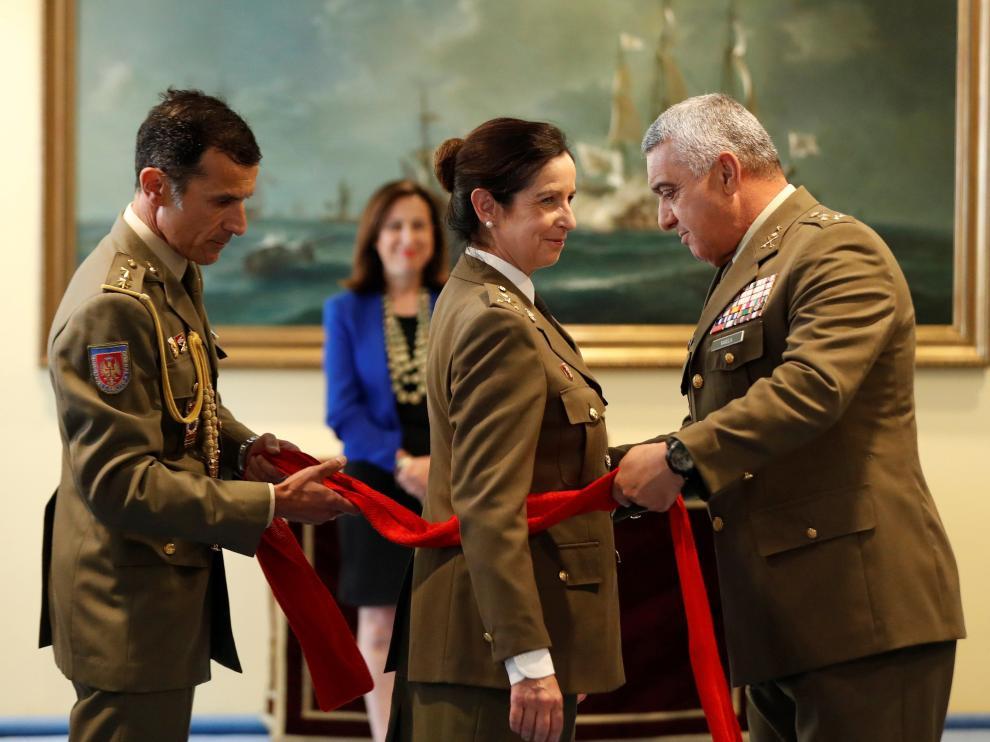 El jefe de Estado Mayor del Ejército, el general Francisco Javier Varela, impone el fajín que reconoce a la nueva general Patricia Otega como miembro de uno de los máximos escalafones del Ejército de Tierra.