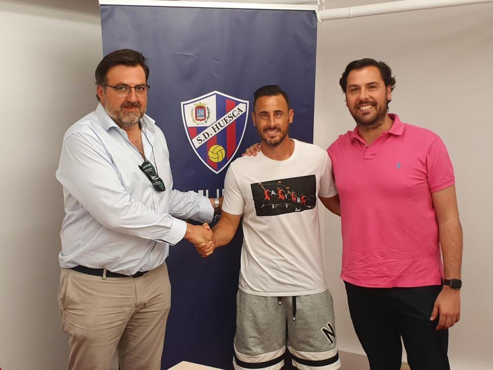 Pedro López, entre Manuel Torres y Rubén García, en la sede de la SD Huesca.