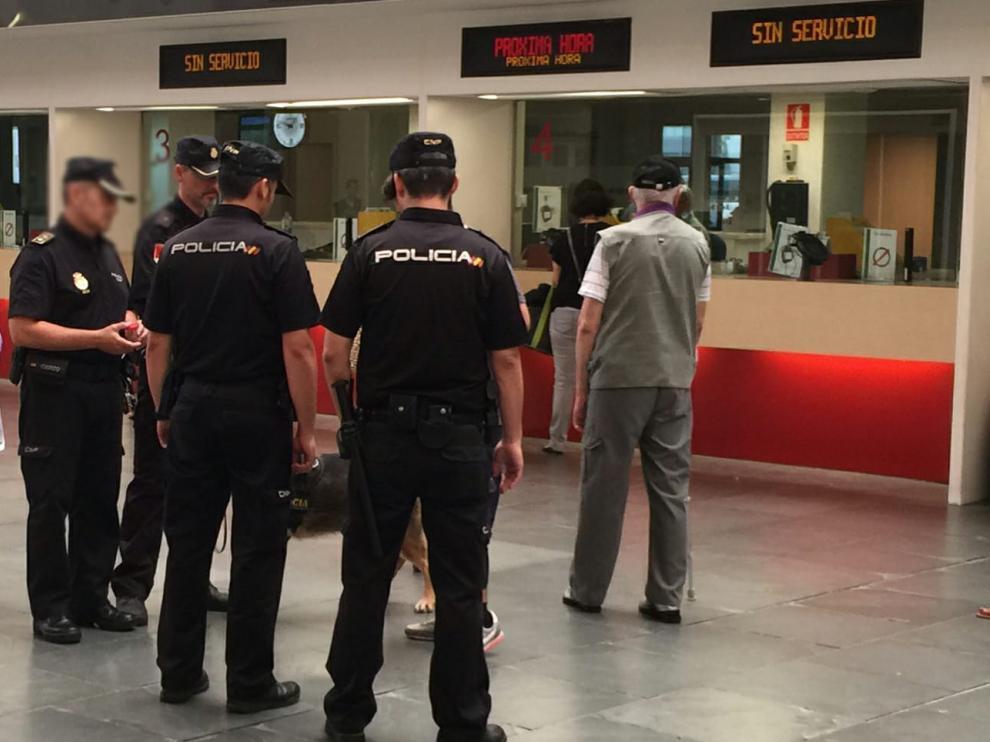 Varios policías nacionales realizan un control de pasajeros en la estación de Delicias.