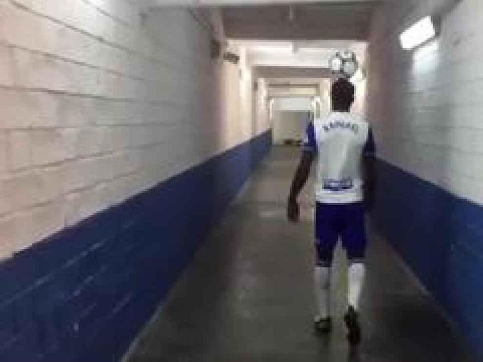 El nuevo jugador del Real Zaragoza, Raphael Dwamena, demostrando su control del balón en el túnel de los vestuarios de La Romareda, instantes después de su presentación oficial