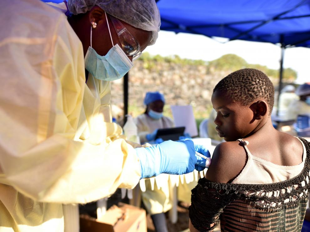 A Congolese health worker administers ebola vaccine to a child at the Himbi Health Centre in Goma, Democratic Republic of Congo, July 17, 2019. REUTERS/Olivia Acland [[[REUTERS VOCENTO]]] HEALTH-EBOLA/CONGO