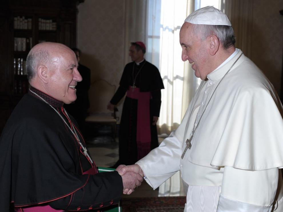 En la imagen de archivo, el arzobispo de Zaragoza en una audiencia con el Papa.