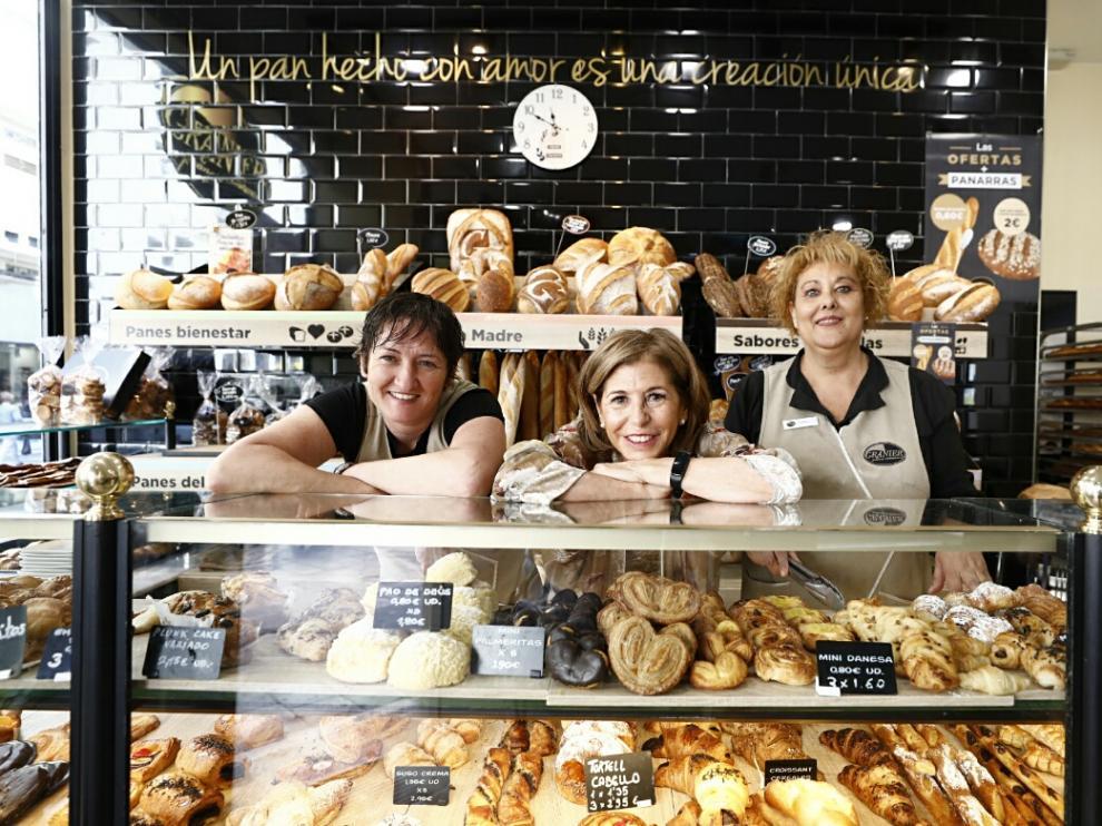 Arancha Marín, Marian Díez, Mari Carmen Valero este jueves en su puesto de trabajo