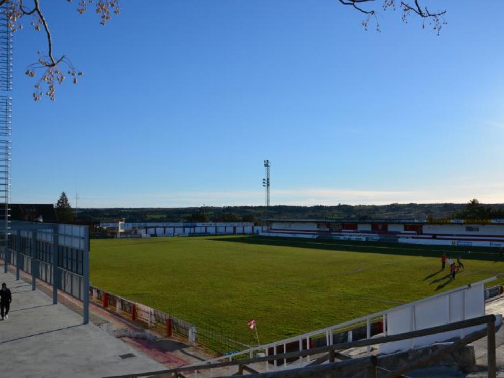 El Municipal de Barbastro, cuyo césped no reúne las condiciones mínimas para recibir al Real Zaragoza en 24 horas, el viernes por la tarde, cuando estaba previsto jugar ahí el partido a beneficio de la Federación de Peñas del Real Zaragoza.