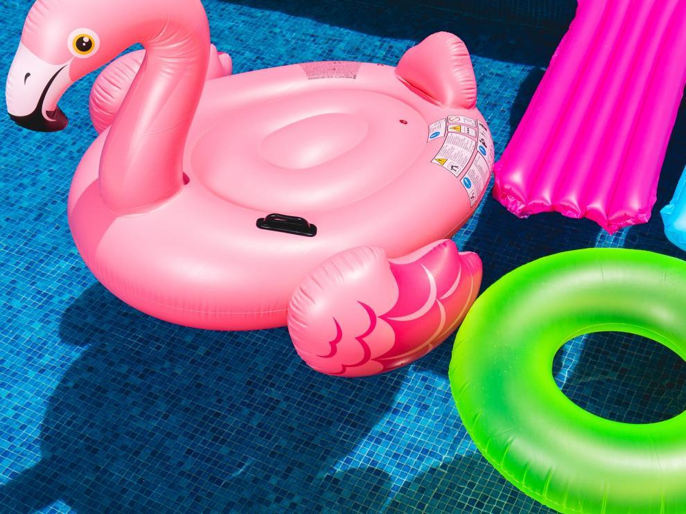 La OCU alerta del peligro para niños de los flotadores y colchonetas hinchables.