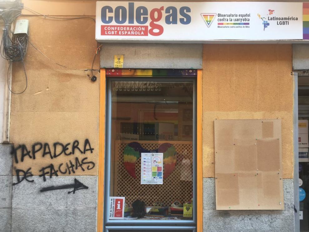 """La sede de la Confederación LGBT Colegas amanece con pintadas que les tildan de """"fachas""""."""