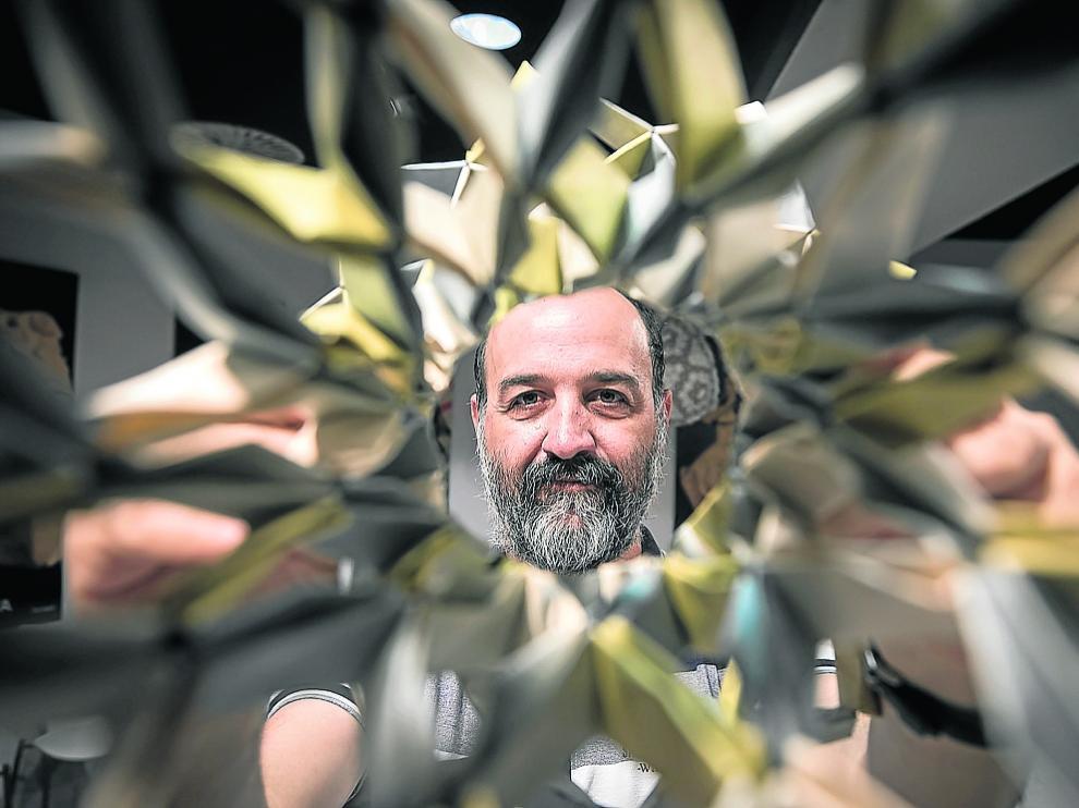 Jorge Pardo, este miércoles, con una pieza creada por él, en el museo zaragozano de origami.