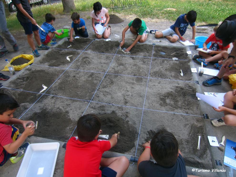 Trabajar en un yacimiento arqueológico es una de las propuestas del programa.