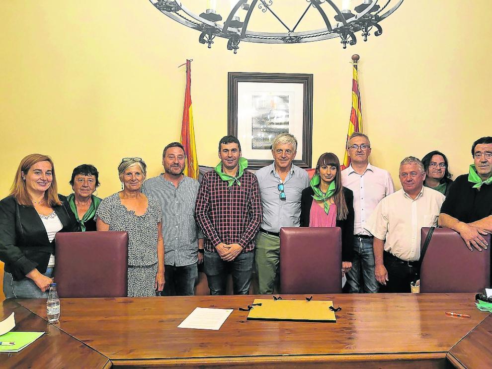El alcalde de Canfranc y el vicepresidente de Nueva Aquitania, en el centro, con otras autoridades