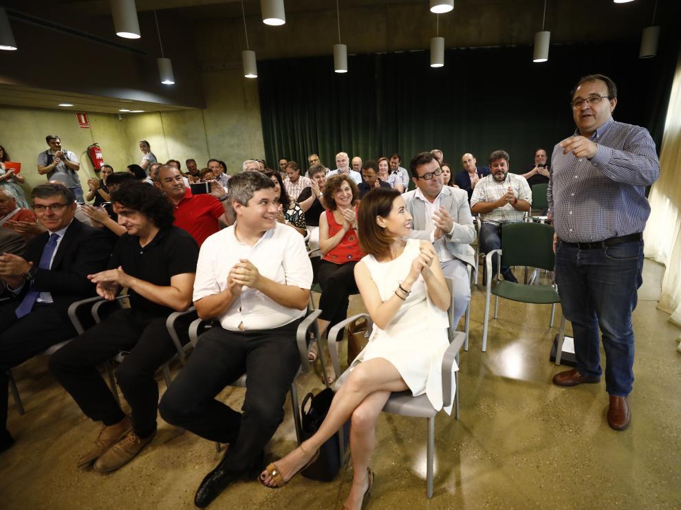 José Manuel González, alcalde de San Mateo de Gállego, de pie recibe el aplauso de los consejeros tras ser elegido presidente de la Comarca Central, con sede en Utebo.