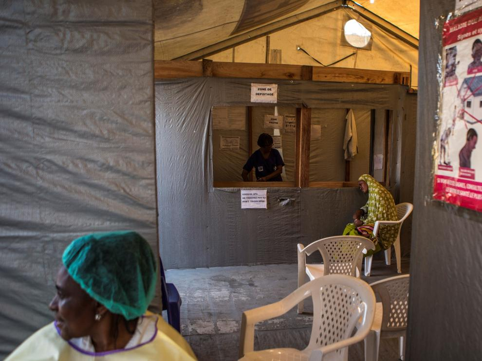 Goma (Congo, The Democratic Republic Of The), 18/07/2019.- A woman showing possible Ebola symptoms waits to be treated at the detection zone before being sent to an isolation area in the Goma General Hospital in Goma, eastern Democratic Republic of the Congo, 18 July 2019. The World Health Organization (WHO) on 18 July announced that the Ebola epidemic is a public health emergency of international concern. EFE/EPA/SALYM FAYAD Ebola declared a public health emergency