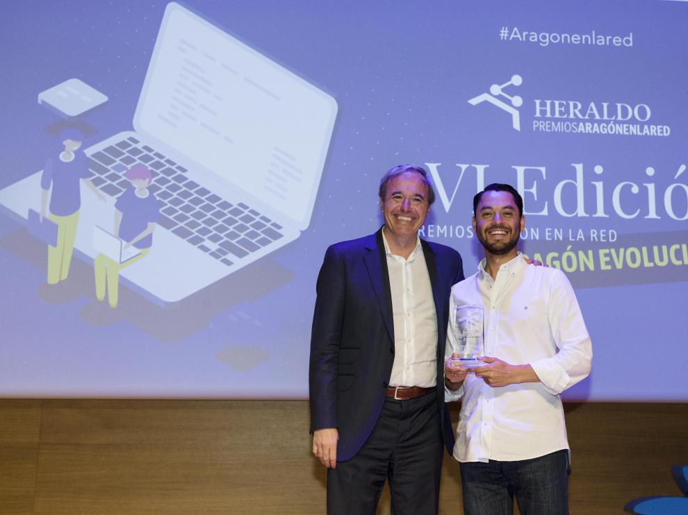 El alcalde de Zaragoza, Jorge Azcón, entregó el premio al fundador de Nooddle, Carlos Melara.