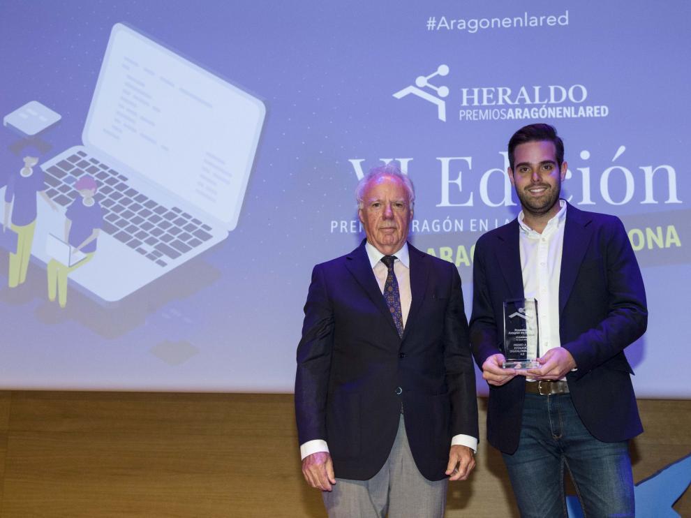 El director de Estrategia y Desarrollo de Lobe (dcha.), tras recoger el premio entregado por José María Marín, presidente de Ceste.