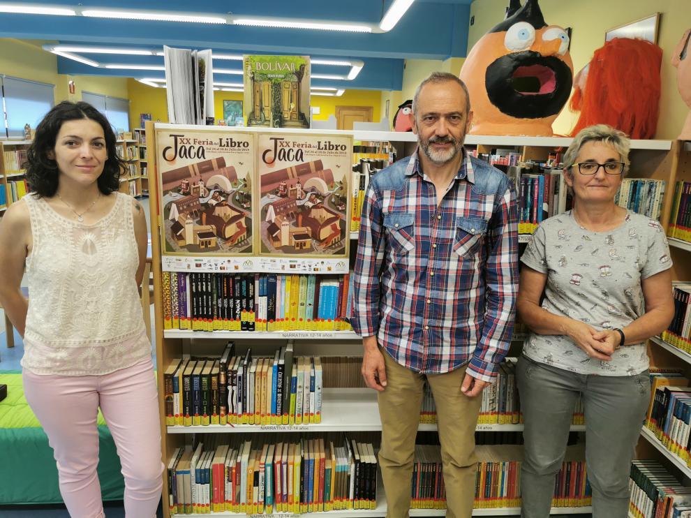En la foto, de izda a derecha, Laura Climente concejal de educación, Javier Acín concejal de cultura y María Fernández directora de la biblioteca municipal de Jaca.