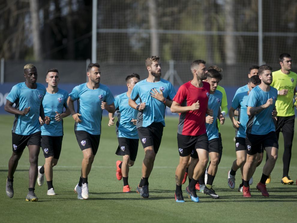 Los futbolistas de la SD Huesca, durante un entrenamiento en el IES Pirámide.