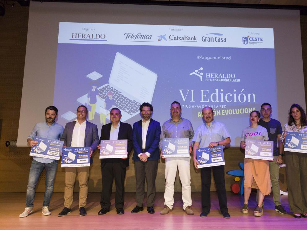 Foto de familia de Iñigo de Yarza, vicepresidente de HENNEO, con los ganadores de los accésit.