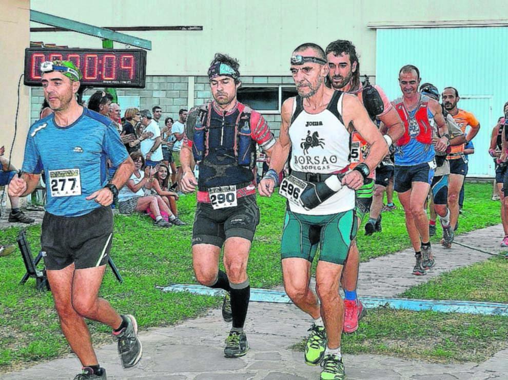 Jesús Gómez (dorsal 296) con otros corredores en una de las salidas del recorrido de 104 km.