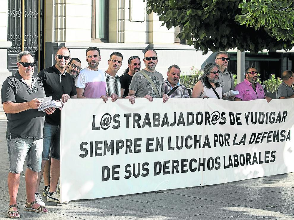 El comité de empresa de HMY llevó sus reivindicaciones este viernes a la plaza de España de Zaragoza.