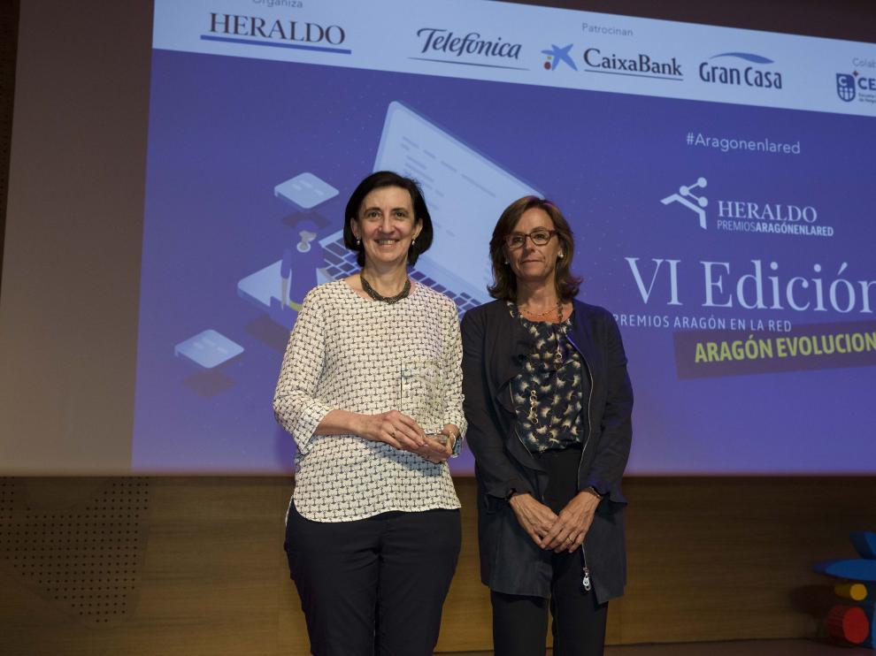 Merche Blasco, representante de Smartmum, recibe el premio de manos de Cristina González, directora territorial de CaixaBank en Aragón y La Rioja.