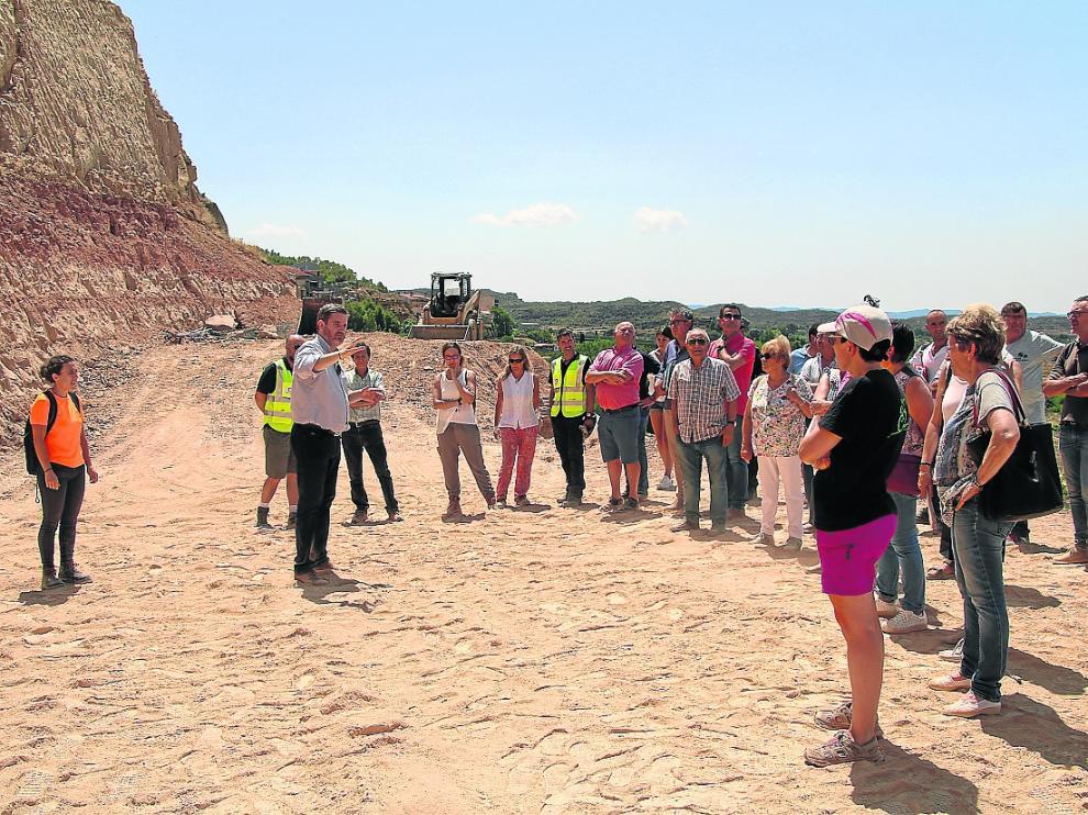 El alcalde Urquizu, concejales, técnicos y vecinos afectados, este viernes, viendo las obras de Pui Pinos.