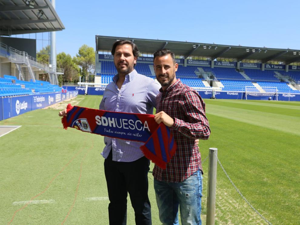 Rubén García y Pedro López, tras la presentación del jugador en El Alcoraz.
