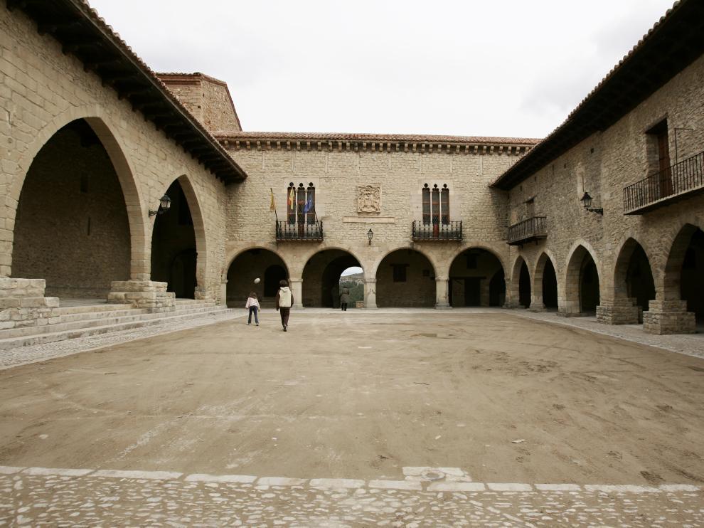 Plaza del Ayuntamiento de Cantavieja, en el Maestrazgo.