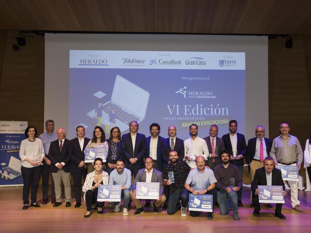 Todos los premiados en la gala, junto a autoridades, en el escenario de CaixaForum.