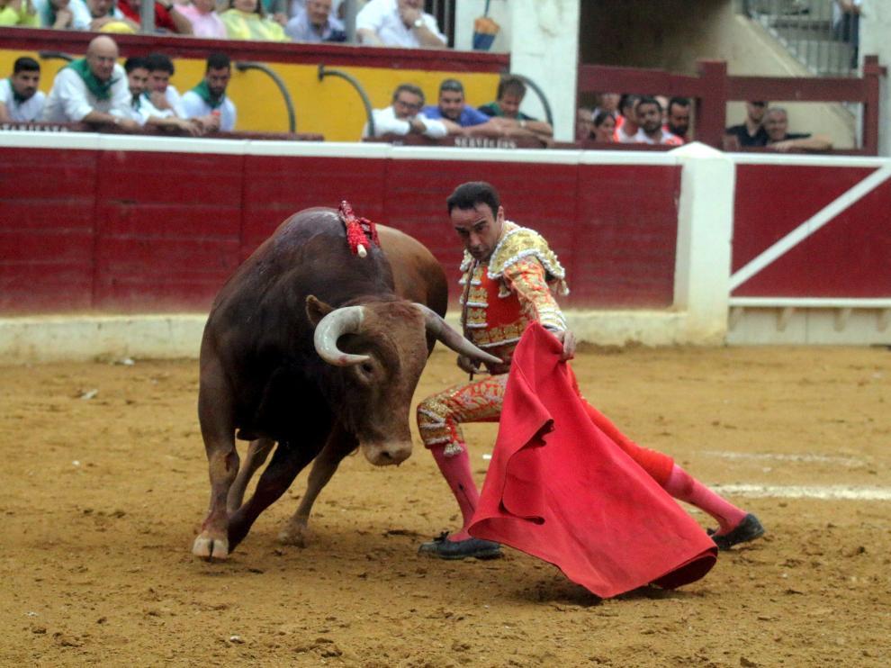 Un lance de Enrique Ponce durante su faena con la muleta en la plaza de toros de Huesca.