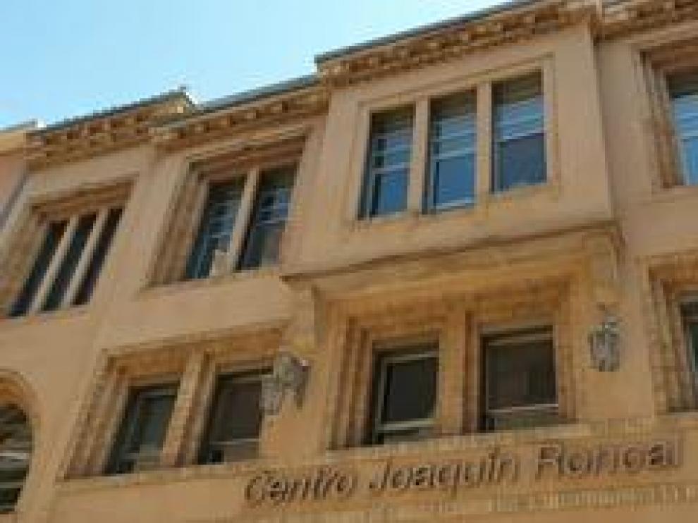 En 1931 este edificio de la calle de San Braulio de Zaragoza se construyó como economato de consumo. Después, en 1985 fue la sede del PSOE y en 2005 se convirtió en el Centro Joaquín Roncal, con la Fundación CAI – ASC.
