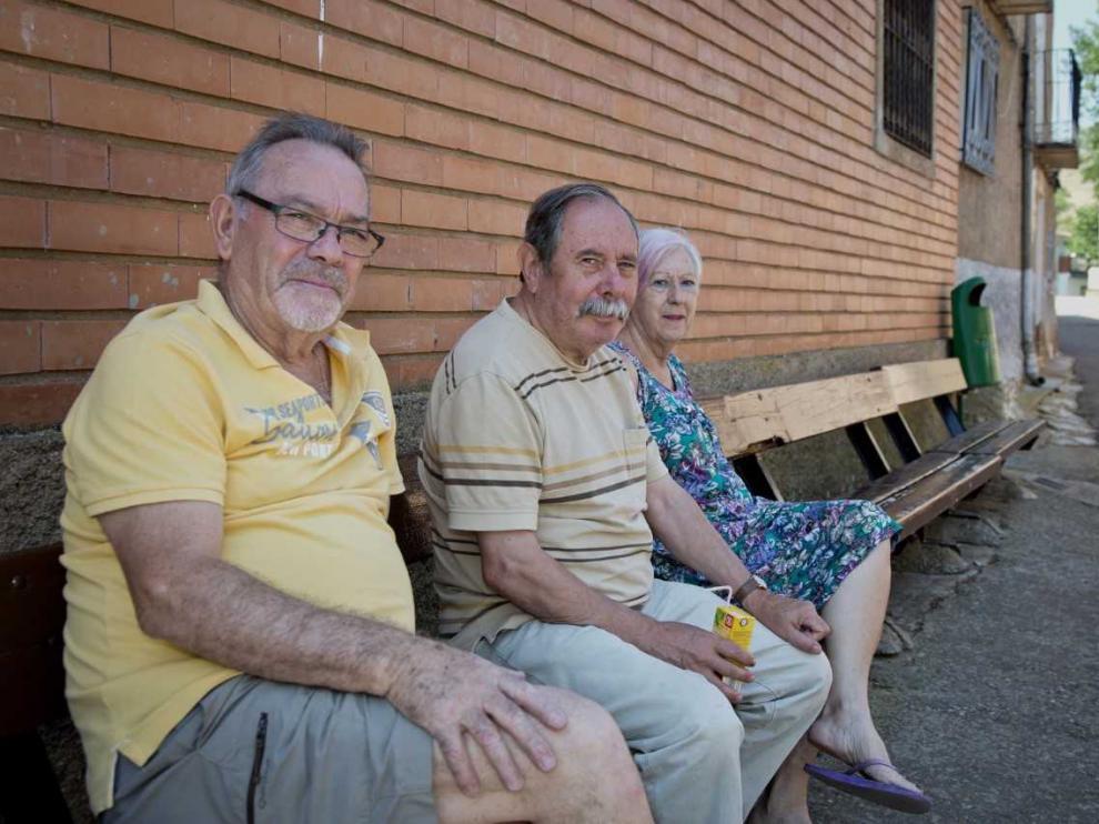 Alfonso Herrero, Alberto Velilla y Felicidad Benedicto, tres vecinos que acuden a temporadas a Balconchán.