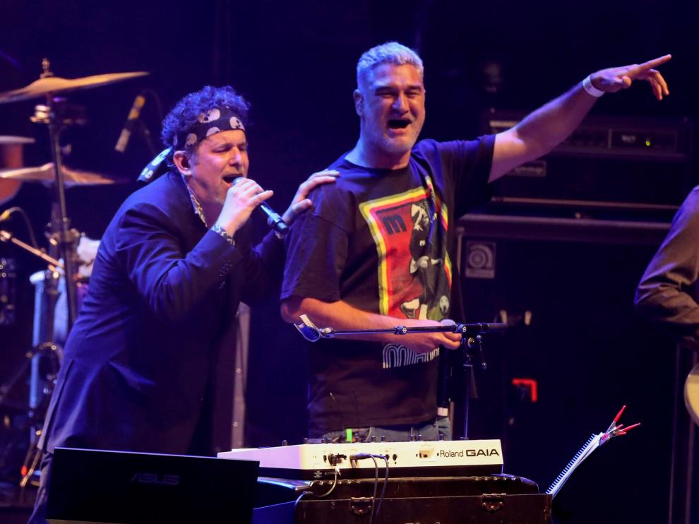 Kase.O subió a cantar por sorpresa con Andrés Calamaro anoche en Pirineos Sur.