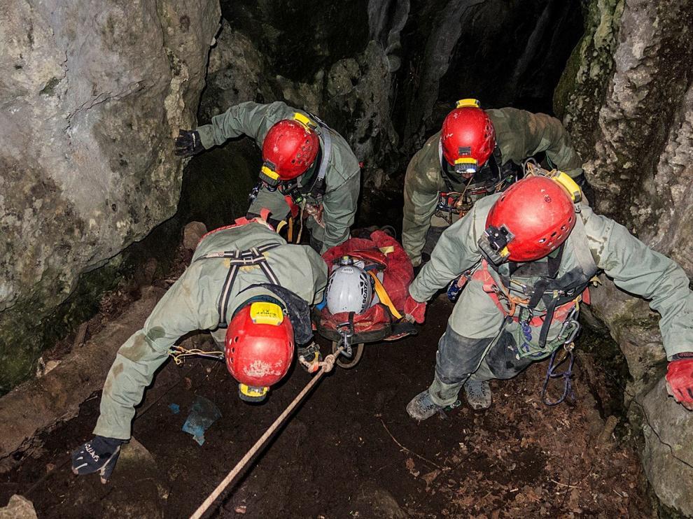 Los agentes realizan prácticas de rescate, como en la fotografía facilitada por la Guardia Civil.