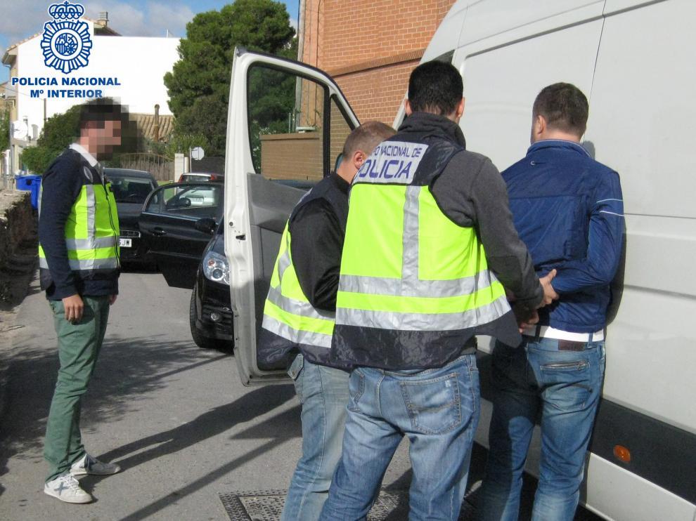 Policías del grupo de investigación específico en robos con violencia e intimidación detienen a un sospechoso