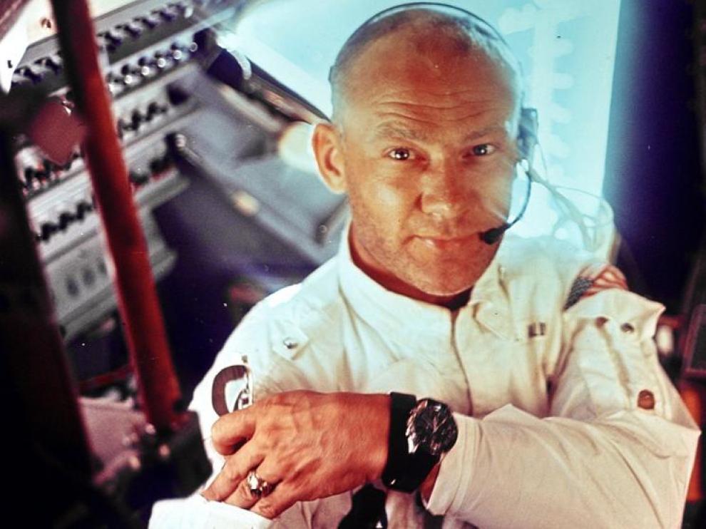 Buzz Aldrin, en el interior del Módulo Lunar, con un reloj Omega Speedmaster.