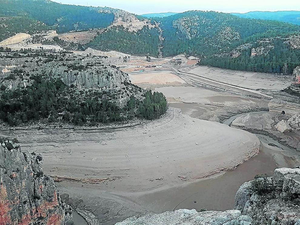 El fondo del embalse estaba colmado de sedimentos, parte de los cuales fueron a parar al río.