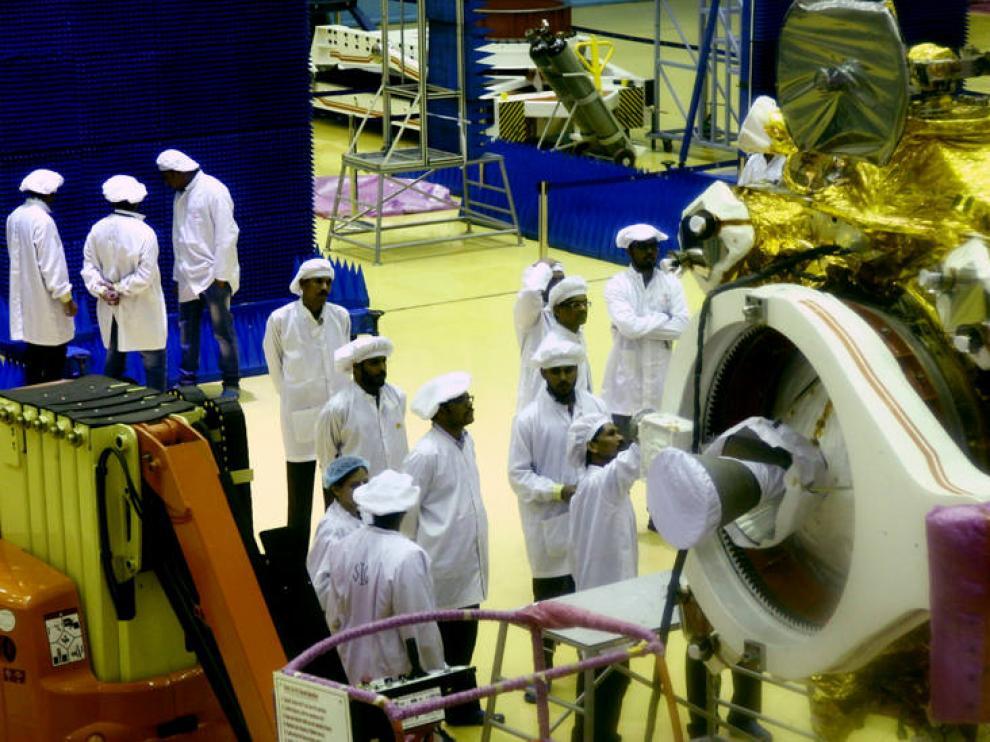 Científicos de la Organización de Investigación Espacial India (ISRO) trabajan en el vehículo lunar ''Chandrayyan-2'' (EFE) Científicos de la Organización de Investigación Espacial India (ISRO) trabajan en el vehículo lunar ''Chandrayyan-2'' (EFE) Científicos de la Organización de Investigación Espacial India (ISRO) trabajan en el vehículo lunar ''Chandrayyan-2'' (EFE) Científicos de la agencia espacial india trabajan en la misión Chandrayaan-2.