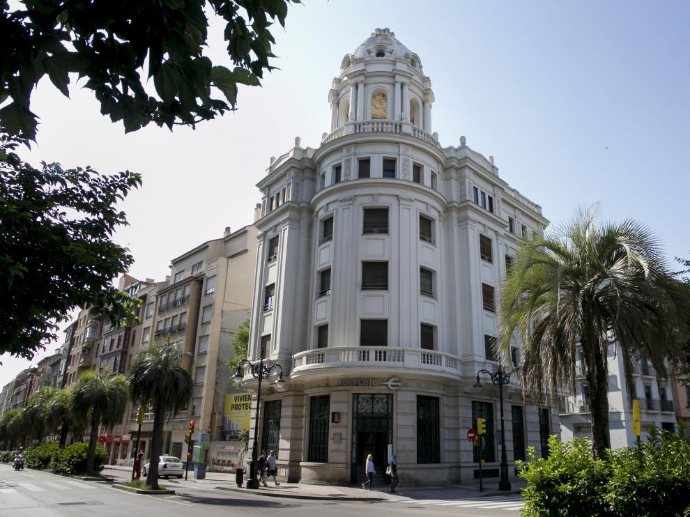 Este singular edificio, junto a la plaza del Portillo, está a la venta.