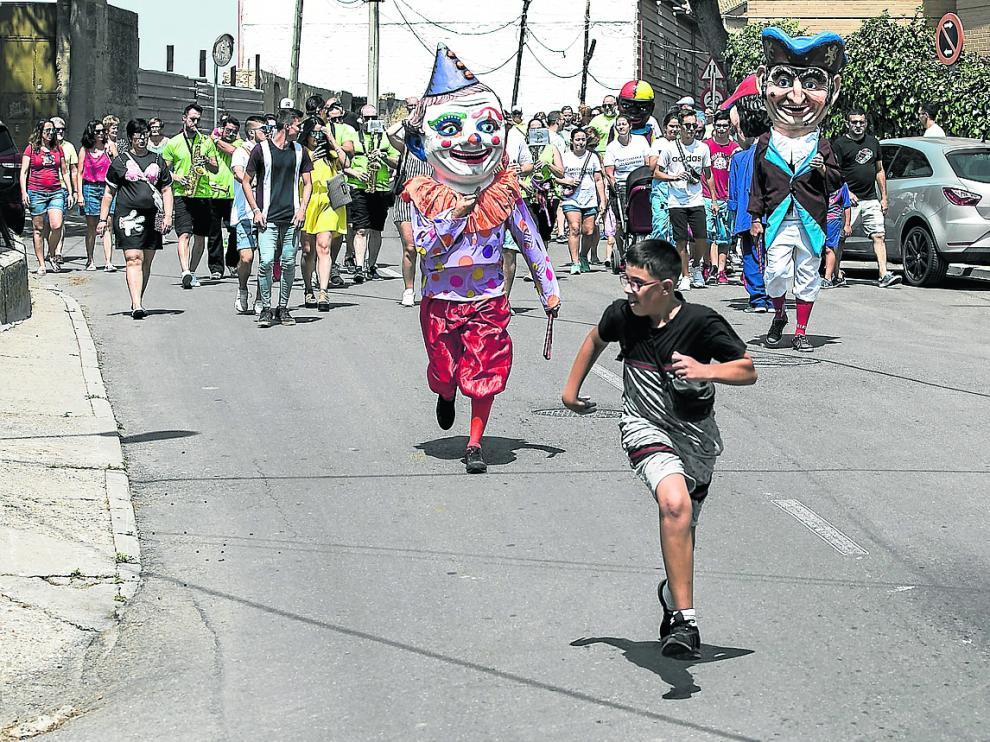 Los niños desafiaron a los cabezudos y se echaron unas carreras junto a ellos, este domingo, en el comienzo de las fiestas de Juslibol.