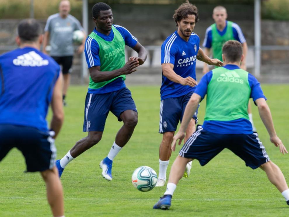 Javi Ros arrebata el balón a Bikoro en una jugada de presión en la línea de medios durante un entrenamiento en Boltaña.