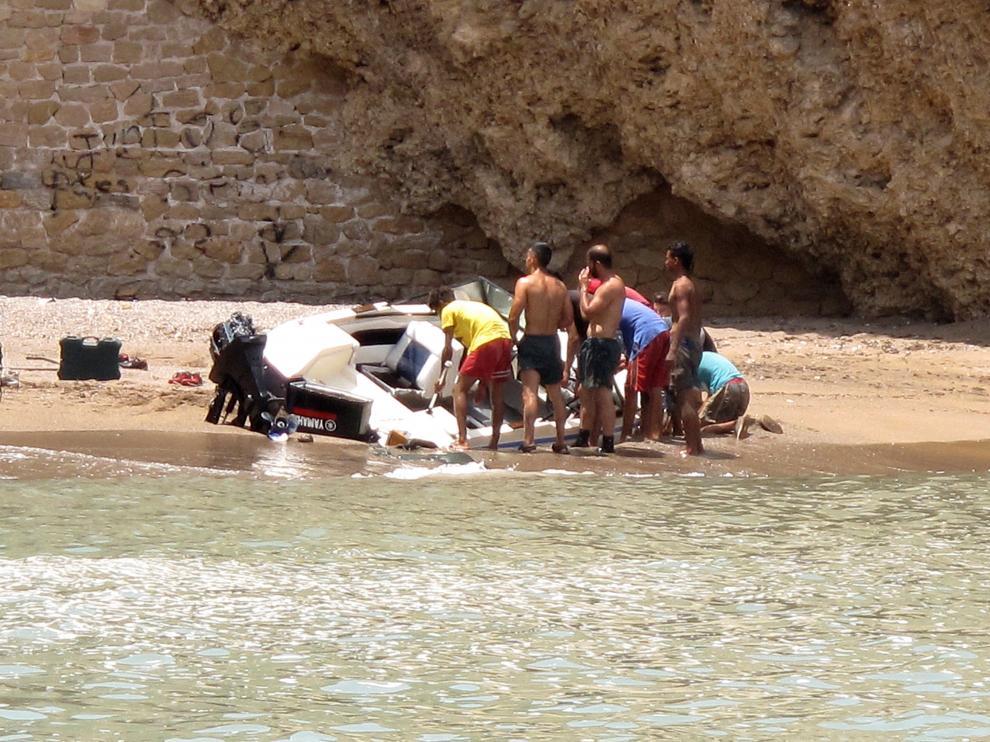 La Guardia Civil aborta la salida de una embarcación con inmigrantes desde Melilla.