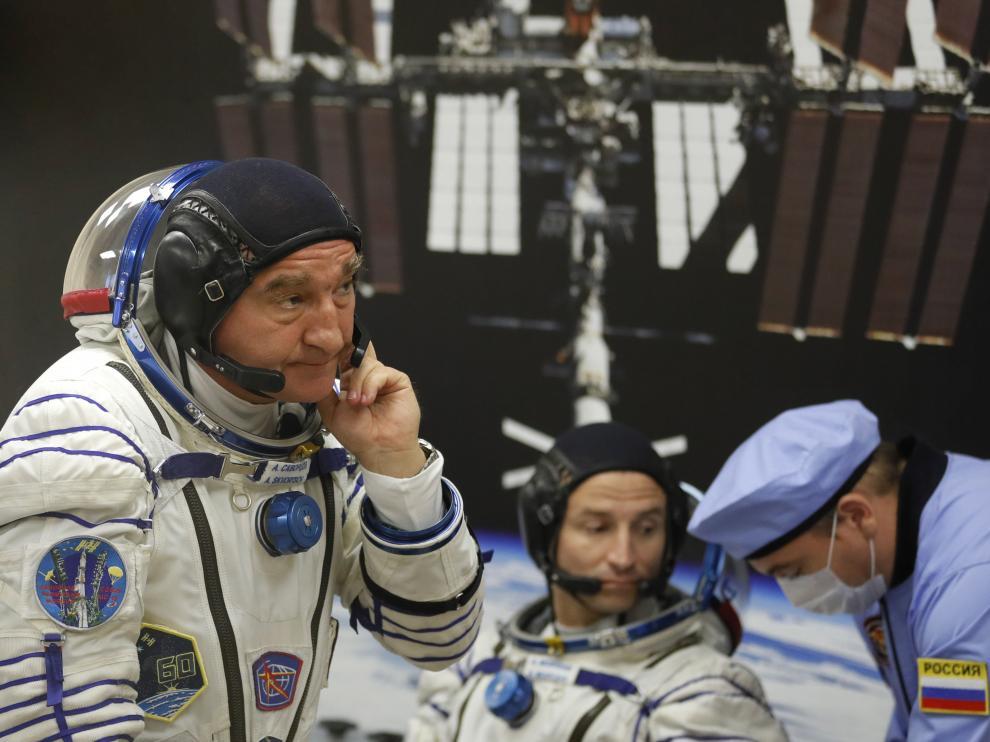 La nueva tripulación llevará a cabo una caminata espacial y cumplirá un amplio programa de experimentos.