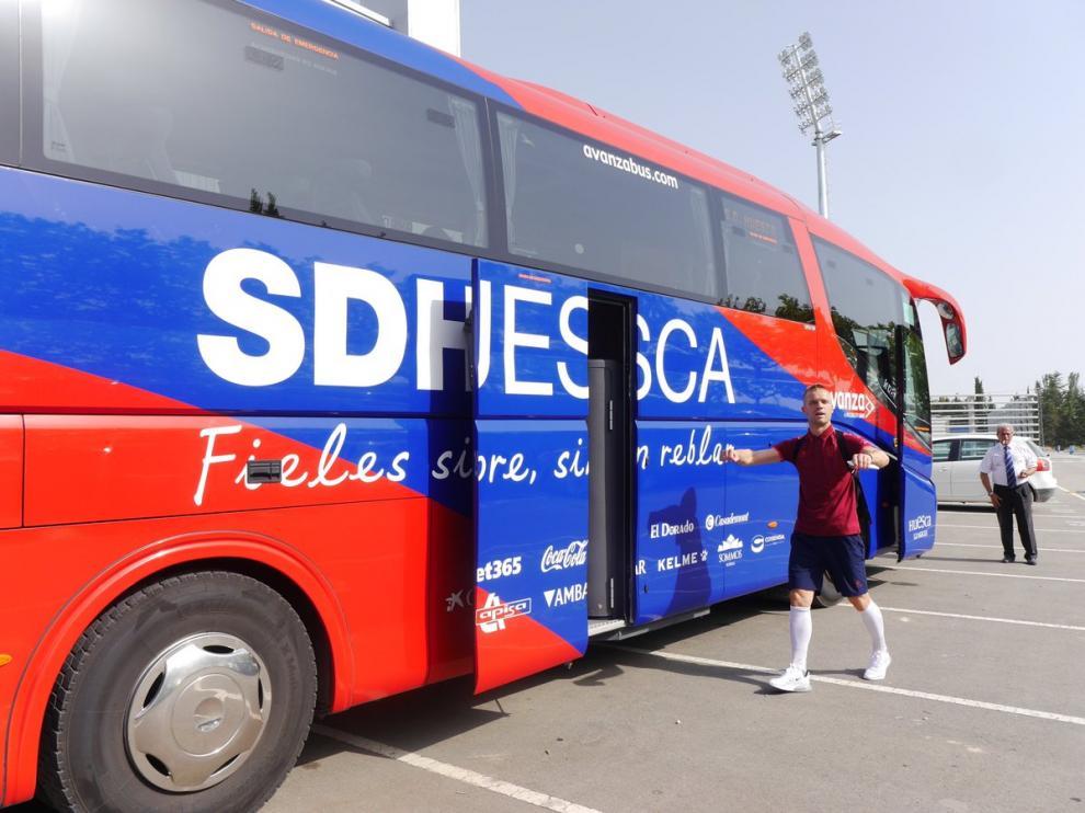 Jovanovic, junto al autobús de la SD Huesca, antes de partir hacia Benasque.