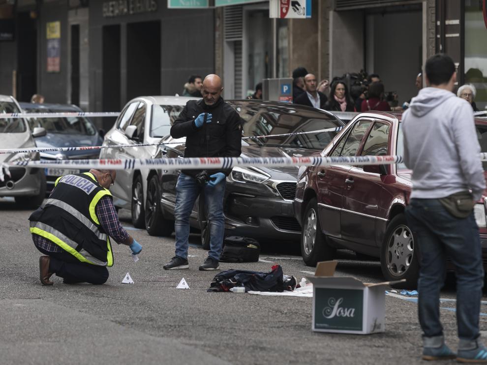La Policía Científica, cuando tomaba pruebas en la calle de Lacarra de Zaragoza, donde ocurrieron los hechos el 19 de mayo.
