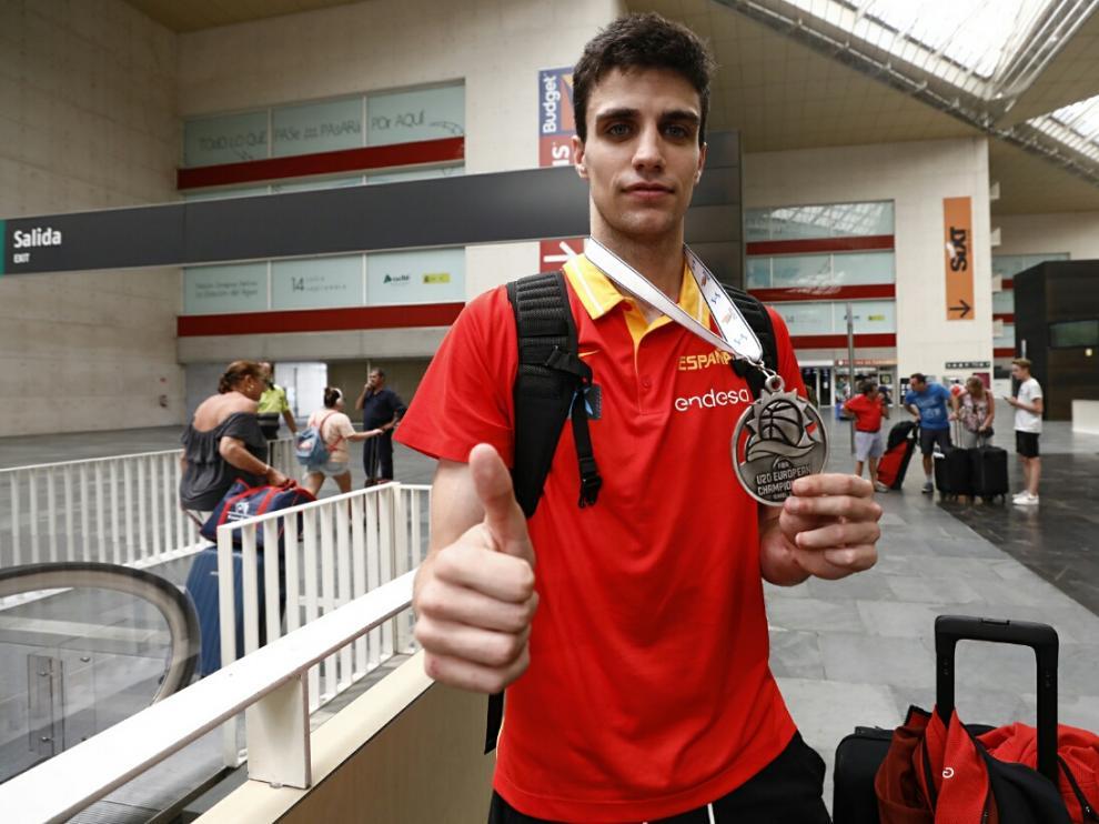 Carlos Alocén, en la estación Delicias con la plata del Europeo sub-20.