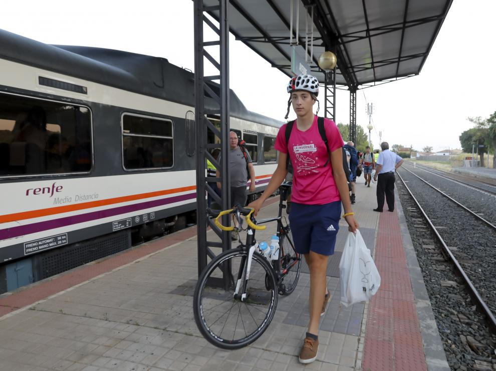 Los 21 pasajeros afectados llegaron a la estación de Ayerbe remolcados por otro tren.