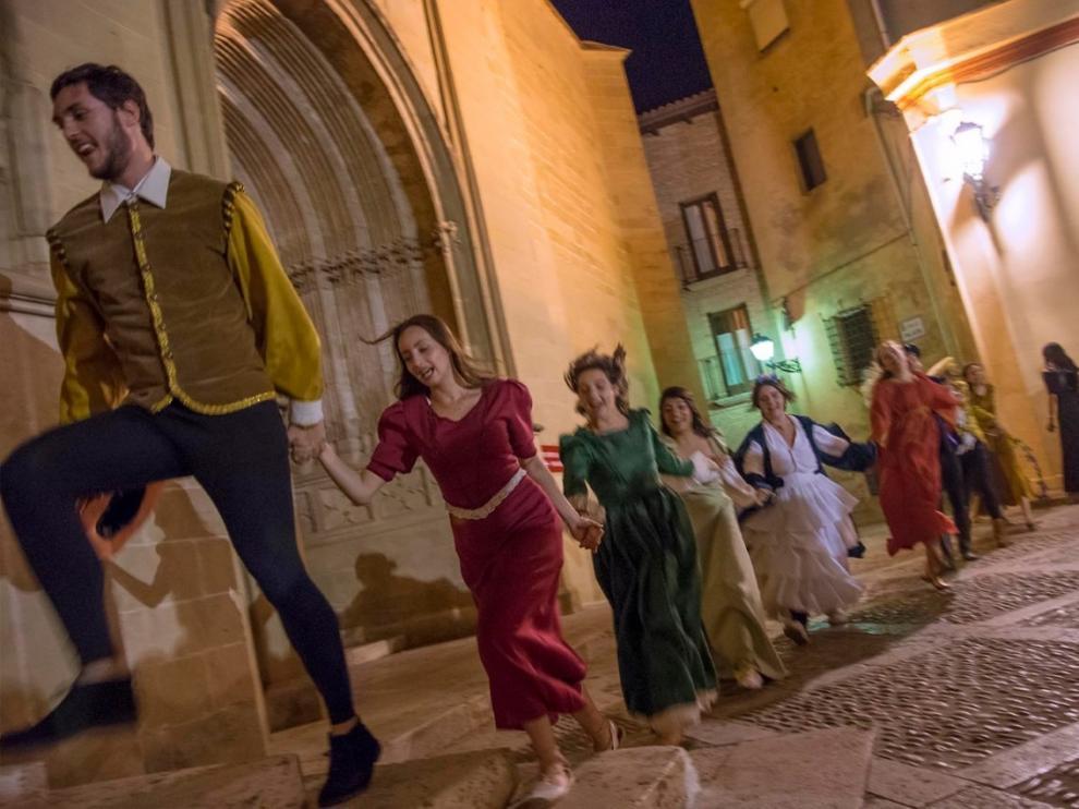 Baile delante de la catedral de Huesca durante una de las rutas teatralizadas.
