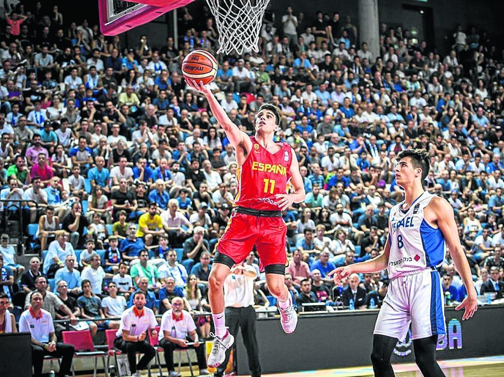 Carlos Alocén, base de la selección española sub-20, anota dos puntos en la final de ayer frente al combinado de Israel.