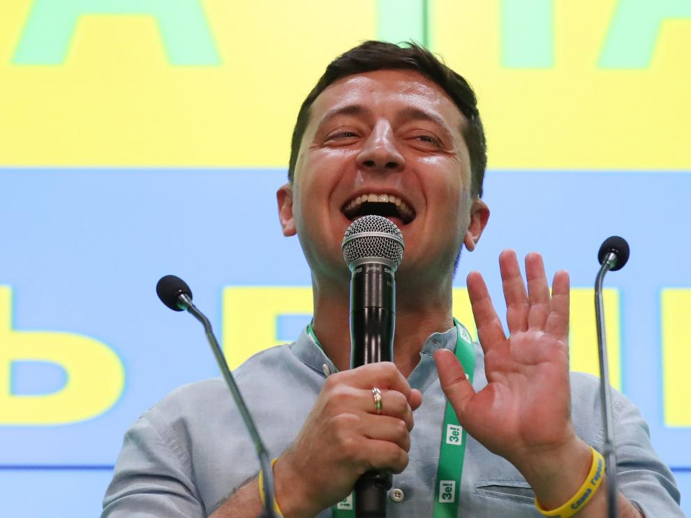 Kiev (Ukraine), 21/07/2019.- Ukraine's President Volodymyr Zelensky speaks to media at his party's headquarters after the parliamentary elections in Kiev, Ukraine, 21 July 2019. According to exit polls, President's Zelenskiy Servant of the People party won the elections and will have majority in parliament. Ukrainians voted in extraordinary parliament's elections after President Volodymyr Zelensky dissolved parliament during his inauguration on 21 May 2019. (Elecciones, Ucrania) EFE/EPA/TATYANA ZENKOVICH Parliamentary elections in Ukraine